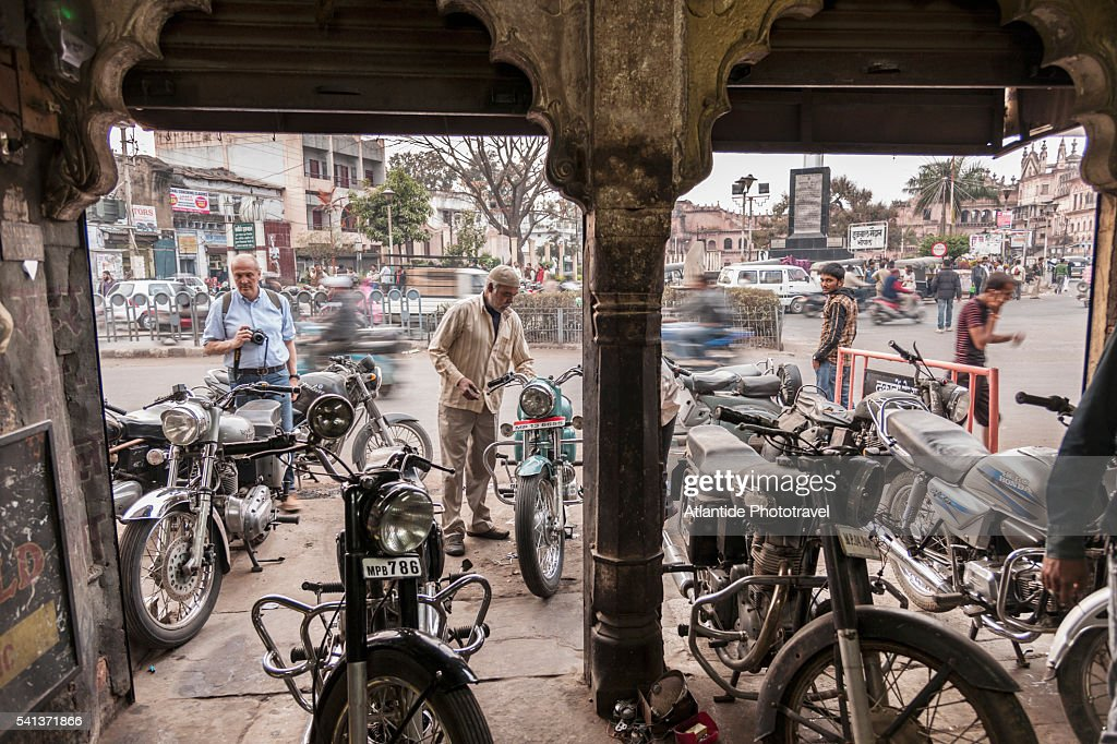Royal Enfield Mechanic atelier in old town