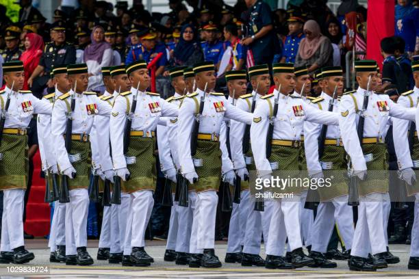 royal forces of malaysian army takes part during the 61st independence day celebration in putrajaya. - shaifulzamri foto e immagini stock