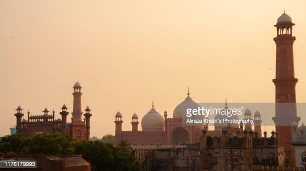 royal glimpse to the bashahi mosque - パキスタン ラホール市 ストックフォトと画像