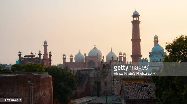 royal glimpse to the city of lahore - badshahi mosque stock pictures, royalty-free photos & images