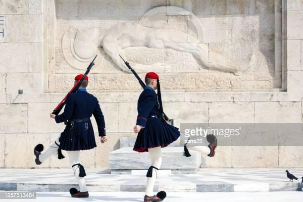 記念碑、無名の兵士の墓、シンタグマ広場、アテネ、ギリシャの王室の警備員 - シンタグマ広場 ストックフォトと画像