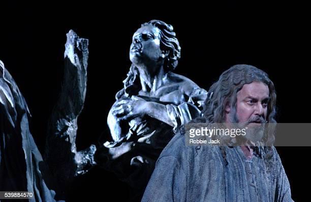 royal opera production of faust in london - robbie jack stockfoto's en -beelden