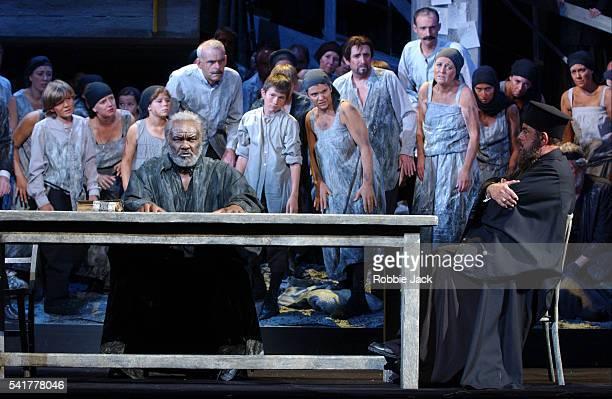 royal opera production of the greek passion - robbie jack stockfoto's en -beelden