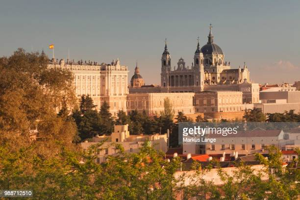 royal palace (palacio real) and almudena cathetral (santa maria la real de la almudena) at sunset, madrid, spain, europe - palácio real de madri - fotografias e filmes do acervo