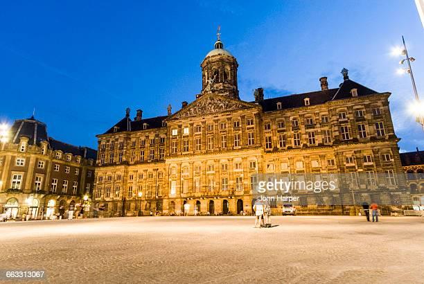 royal palace at night, amsterdam - royal palace amsterdam stock pictures, royalty-free photos & images