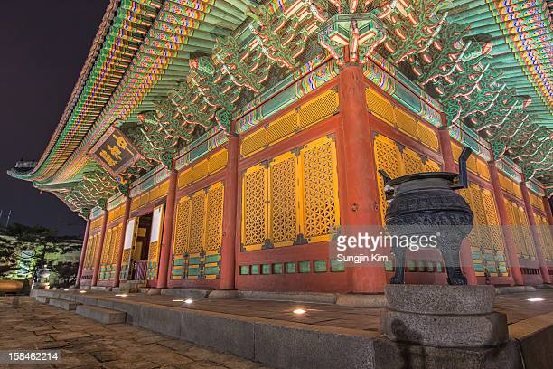royal palace at night - sungjin kim stock pictures, royalty-free photos & images