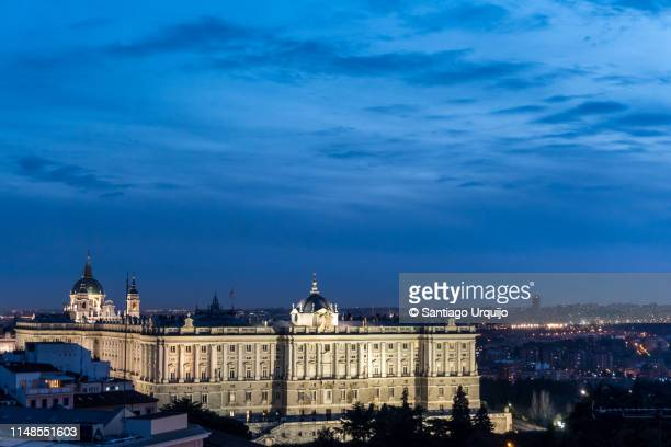 royal palace in madrid at night - madrid royal palace stock pictures, royalty-free photos & images
