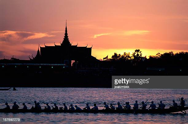 royal palace of phnom penh at dusk in cambodia - phnom penh stock pictures, royalty-free photos & images