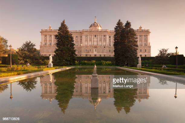 royal palace ( palacio real), view from sabatini gardens (jardines de sabatini), madrid, spain, europe - madrid royal palace stock pictures, royalty-free photos & images