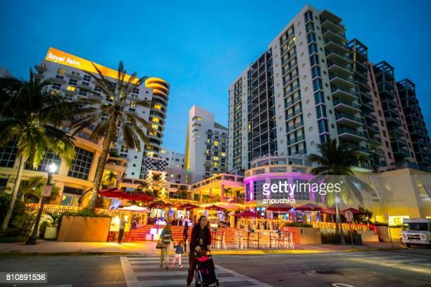Royal Palms Hotel, Cafés und Restaurants beleuchtet in der Nacht am South Beach in Miami Beach