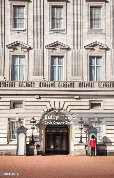 royal queens guard at buckingham palace gate - british culture stock pictures, royalty-free photos & images