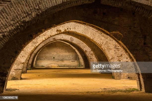 royal shipyards of seville - arco característica arquitectónica fotografías e imágenes de stock