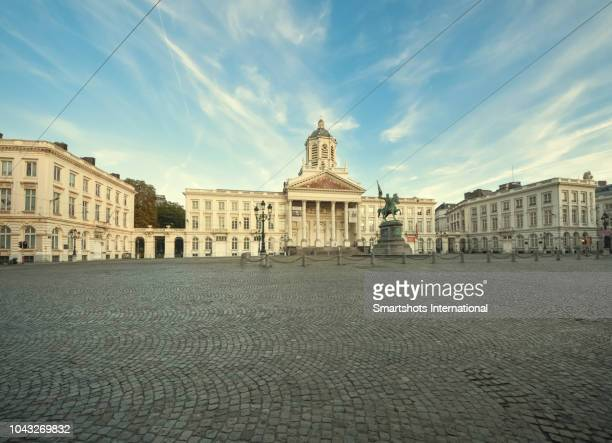 royal square ('place royale') of brussels with 'st jacques sur coudenburgat' church and 'godfried van bouillon' statue at dusk on 'mont des arts', belgium - jacques fesch stock-fotos und bilder