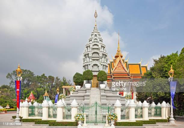 royal stupa at royal palace, phnom penh. cambodia. - norodom sihanouk stock pictures, royalty-free photos & images