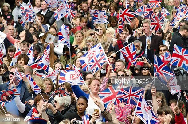 Casamento real multidão a agitar bandeiras