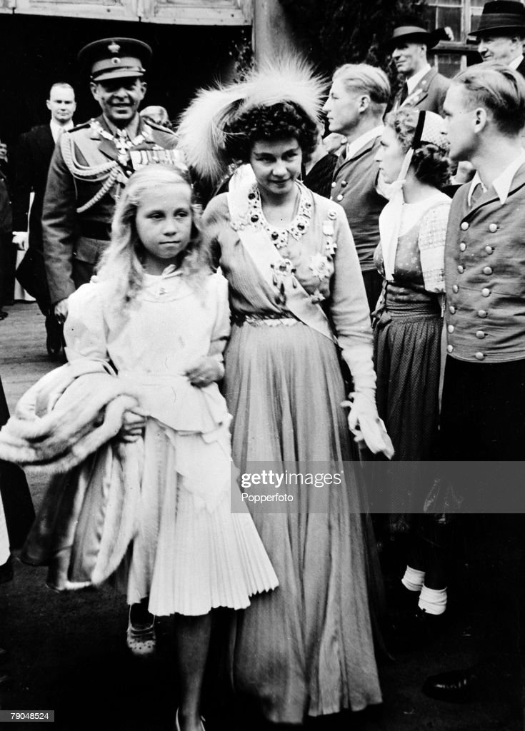 Royalty. Greece. pic: circa 1940's. Queen Friederika, born 1917, pictured with her daughter Princess Sophia with King Paul behind. Queen Friederika of German descent married King Paul in 1938 and the Queen was sometimes criticised for her involvement in p : News Photo