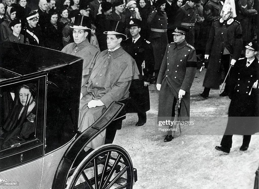 Royalty. London. 15th February, 1952. Funeral of King George VI. Queen Elizabeth,later to be the Queen Mother, can be seen in the carriage during the Windsor procession. : News Photo