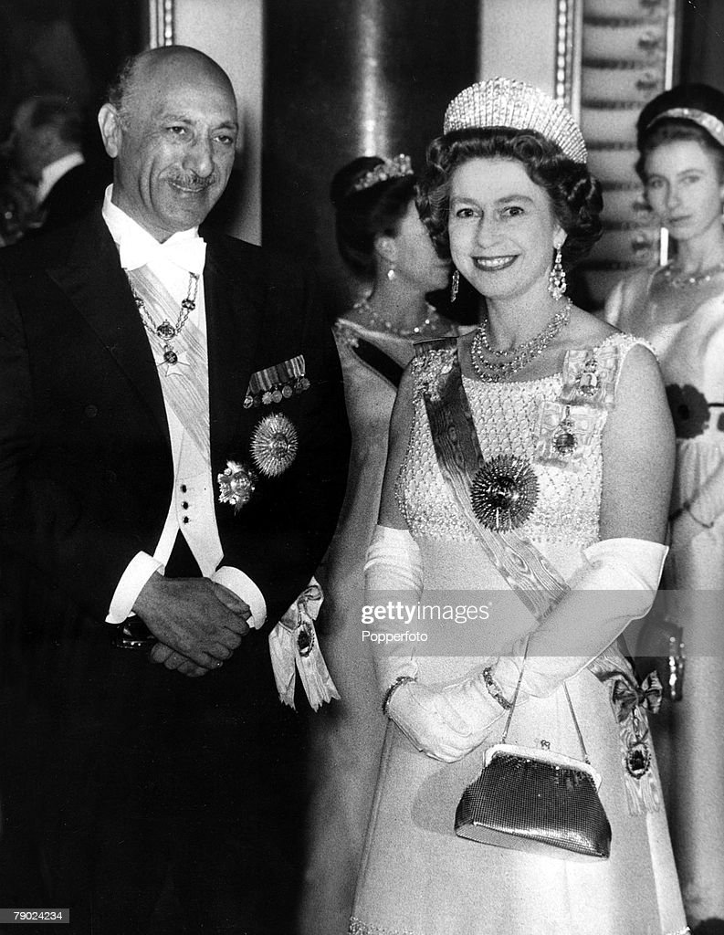Royalty. London, England. 8th December 1971. H R H Queen Elizabeth II and King Mohamed Zahir Shah of Afghanistan who is visiting Britain attend a State Banquet. : News Photo