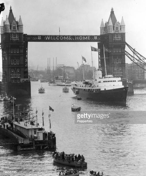 """Royalty, Transport, pic: 15th May 1954, London, The Royal Yacht """"Britannia"""" moves slowly through Tower Bridge under a welcome home message, as HM,..."""