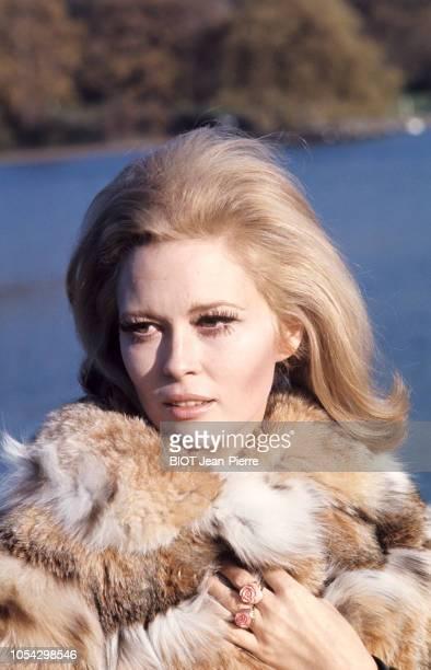 RoyaumeUni décembre 1967 L'actrice américaine Faye DUNAWAY à Londres Portrait de l'actrice en plan rapproché de troisquarts vêtue d'un manteau de...