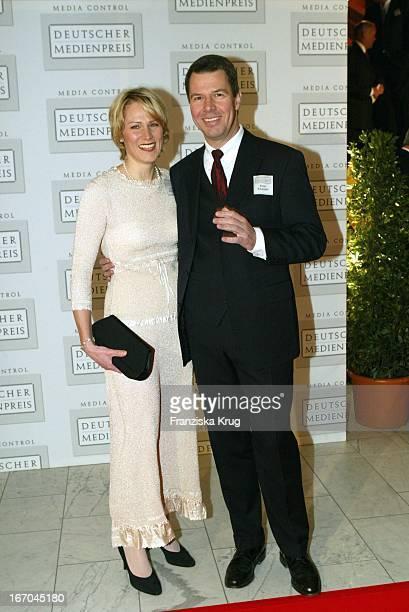 Rtl Nachrichtensprecher Peter Klöppel Und Ehefrau Carol Bei Der Ankunft Zur Verleihung Des Deutschen Medienpreis 2003 In Baden Baden Am 210104 .