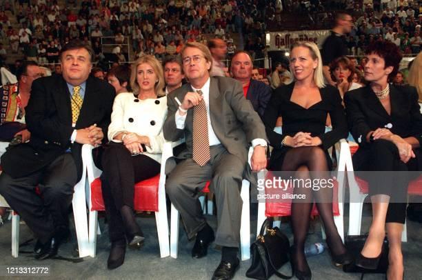 RTLChef Helmut Thoma seine Frau Daniele Moderator Frank Elstner seine Frau Britta und SexExpertin Erika Berger warten auf den Beginn des Boxkampfes...