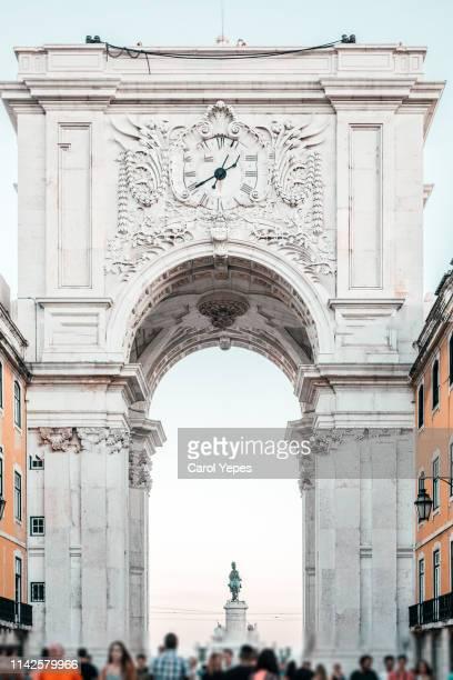rua augusta triumphal arch lisbon - praça do comércio imagens e fotografias de stock