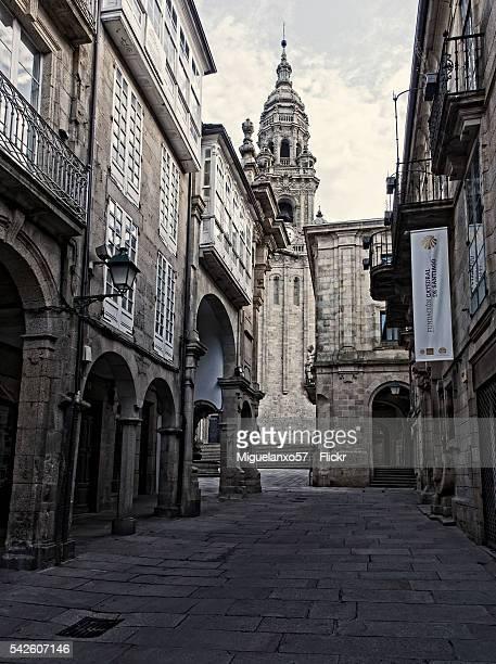 rua do vilar and the clock tower, old town of santiago de compostela - rua stock-fotos und bilder