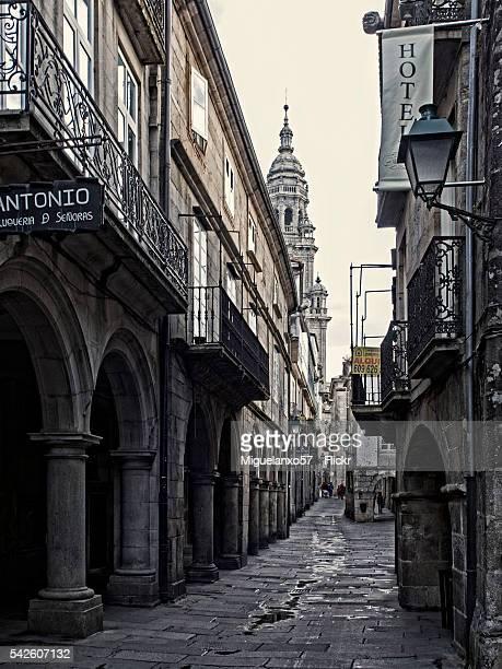 rua do vilar in the old town of santiago de compostela - rua stock-fotos und bilder
