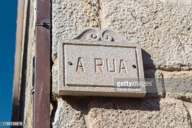 a rua, name of street in combarro, poio, pontevedra, galicia - rua fotografías e imágenes de stock