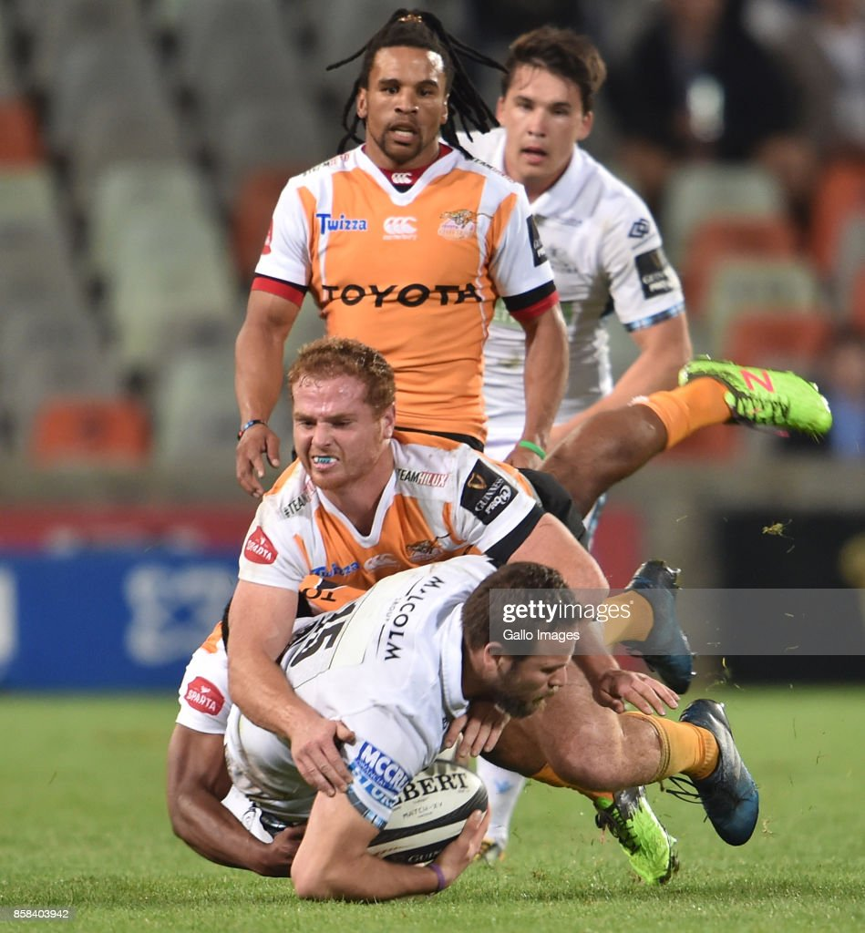 Ruaridh Jackson of the Glasgow Warriors and Ernst Stapelberg of the Toyota Cheetahs during the Guinness Pro14 match between Toyota Cheetahs and Glasgow Warriors at Toyota Stadium on October 06, 2017 in Bloemfontein, South Africa.