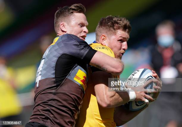 Ruaridh McConnochie of Bath Rugby runs in to score his sides first try despite the efforts of Chris Ashton of Harlequins during the Gallagher...