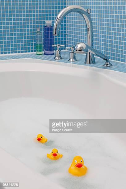 Canards en caoutchouc dans la salle de bains