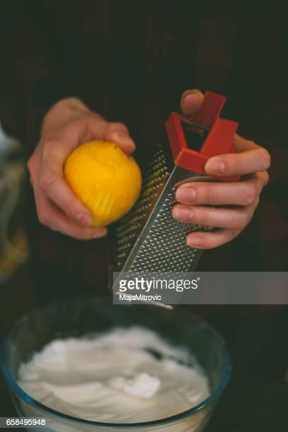 gnugga citronskal rivet i en skål-närbild