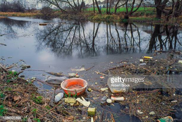 rubbish floating - kontaminierung stock-fotos und bilder
