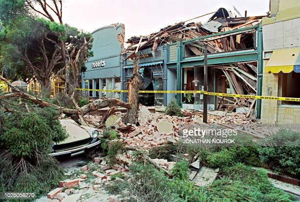 Rubble fills the sidewalk in front of a street mall in Santa Clara 18 October 1989 in San Franciso after a quake rocked the city 17 October, killing...