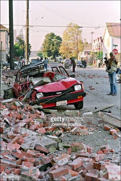 Rubble litters the sidewalk on the streets of Santa Clara 18 October 1989 in San Franciso after a quake hit the city 17 October killing an estimated...