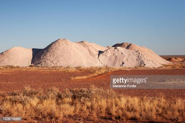 rubble mounds in the opal fields - coober pedy foto e immagini stock