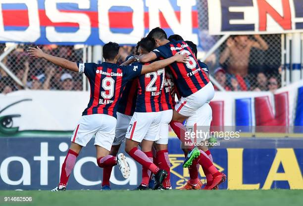 Ruben Botta of San Lorenzo celebrates with teammates after scoring the first goal of his team during a match between San Lorenzo and Boca Juniors as...