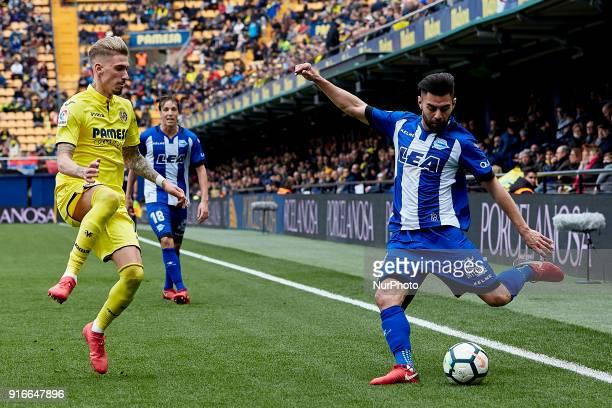 Ruben Duarte of Deportivo Alaves kicks the ball next to Samuel Castillejo of Villarreal CF during the La Liga match between Villarreal CF and...