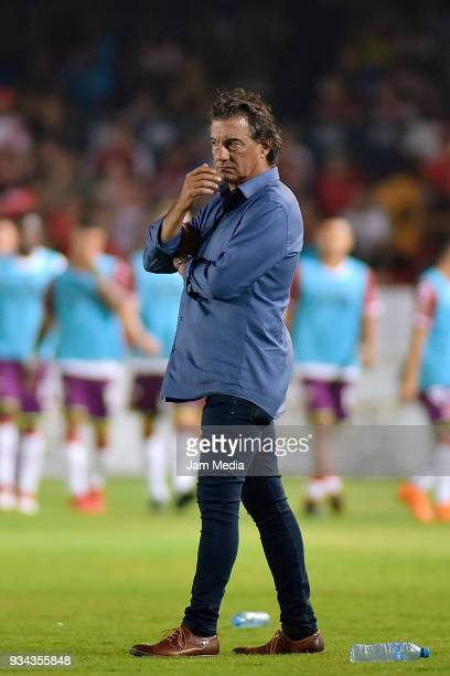 Ruben Omar Romano coach of Atlas looks on during the 12th round match between Veracruz and Atlas as part of the Torneo Clausura 2018 Liga MX at Luis...