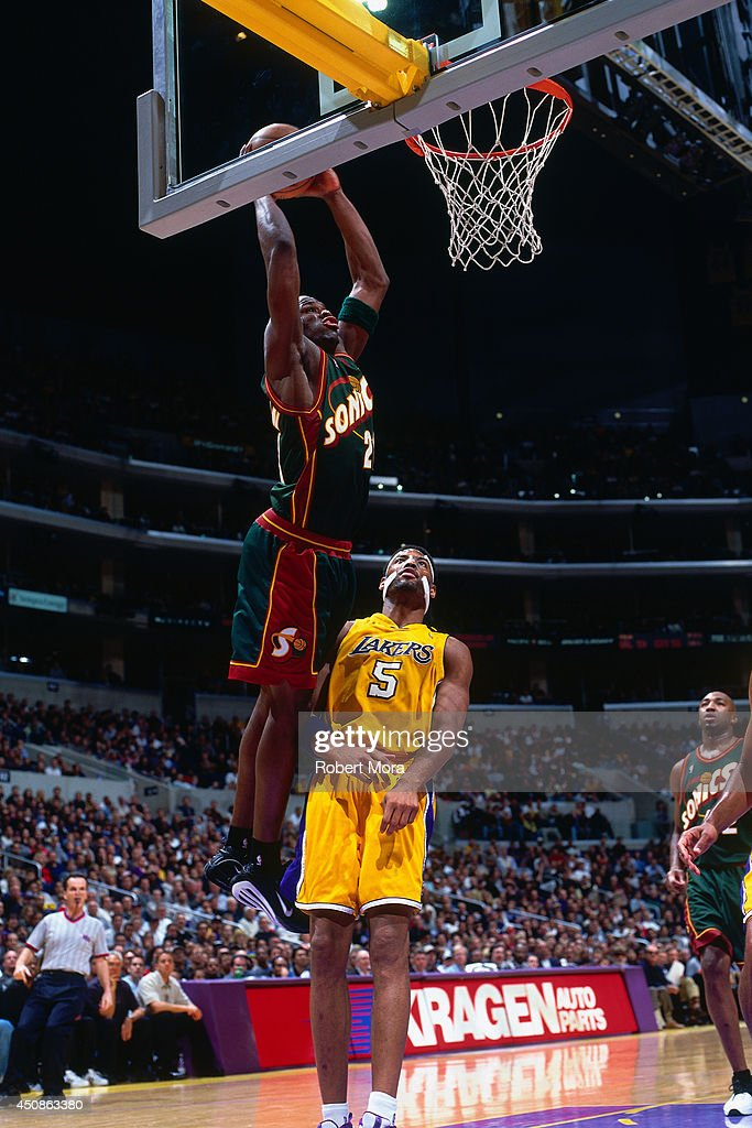 Ruben Patterson #21 of the Seattle Supersonics dunks the ball against the Los Angeles Lakers circa 2000 at Staples Center in Los Angeles, CA.