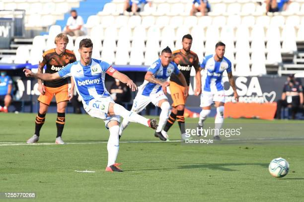 Ruben Perez of Leganes scores his team's first goal from the penalty spot during the Liga match between CD Leganes and Valencia CF at Estadio...