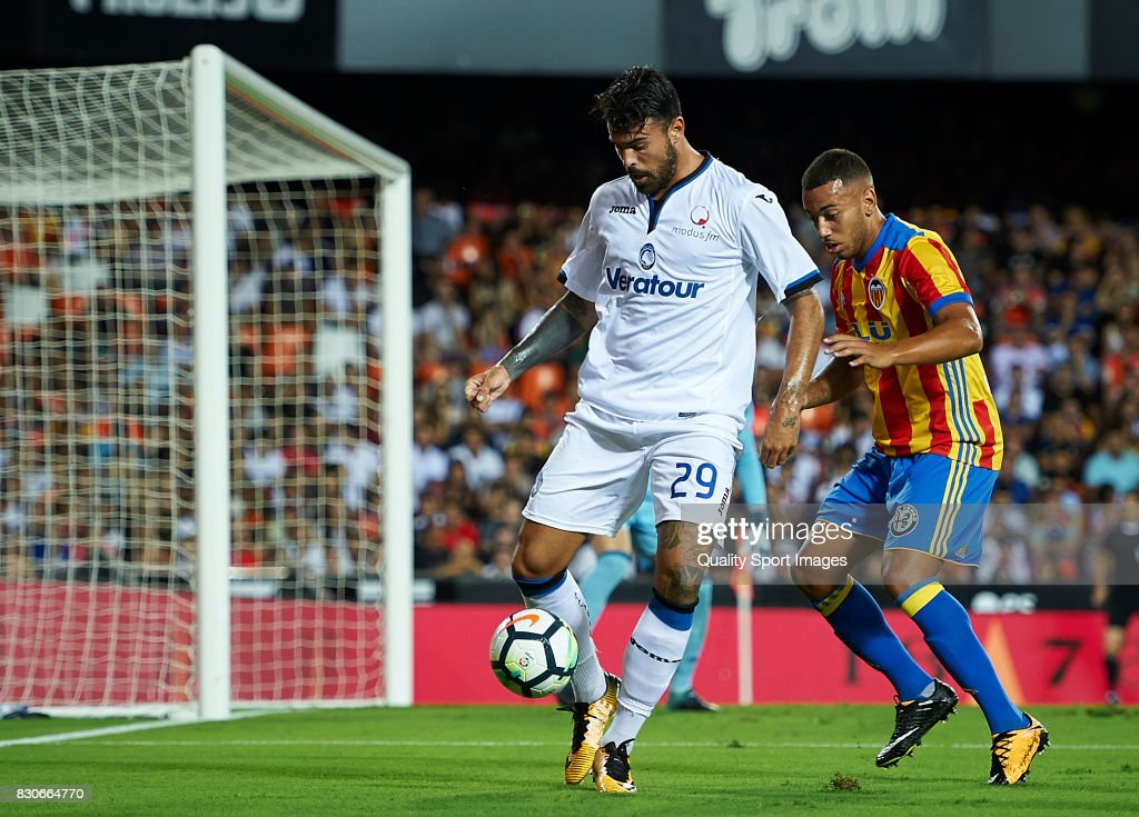 Ruben Vezo (R) of Valencia competes for the ball with Andrea Petagna of Atalanta during the pre-season friendly match between Valencia CF and Atalanta BC at Estadio Mestalla on August 11, 2017 in Valencia, Spain.