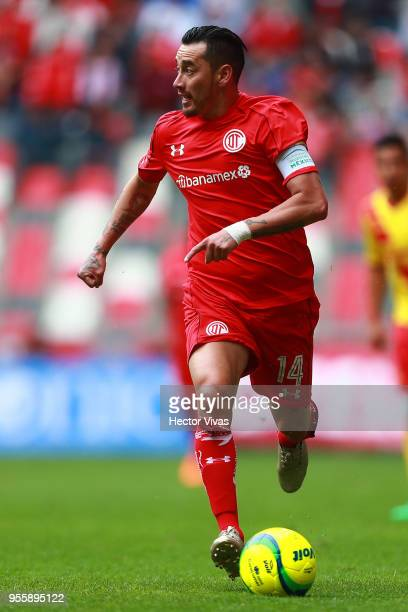 Rubens Sambueza of Toluca drives the ball during the quarter finals second leg match between Toluca and Morelia as part of the Torneo Clausura 2018...