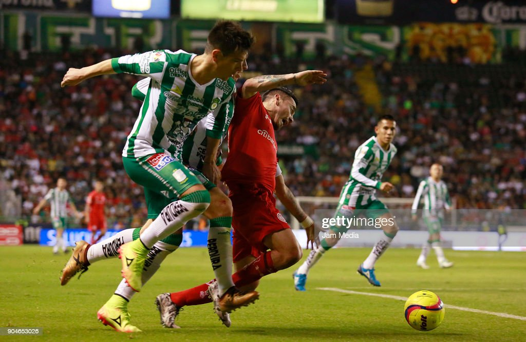 Rubens Sambueza (C) of Toluca fights for the ball with Jorge Diaz of Leon during the second round match between Leon and Toluca as part of the Torneo Clausura 2018 Liga MX at Leon Stadium on January 13, 2018 in Leon, Mexico.
