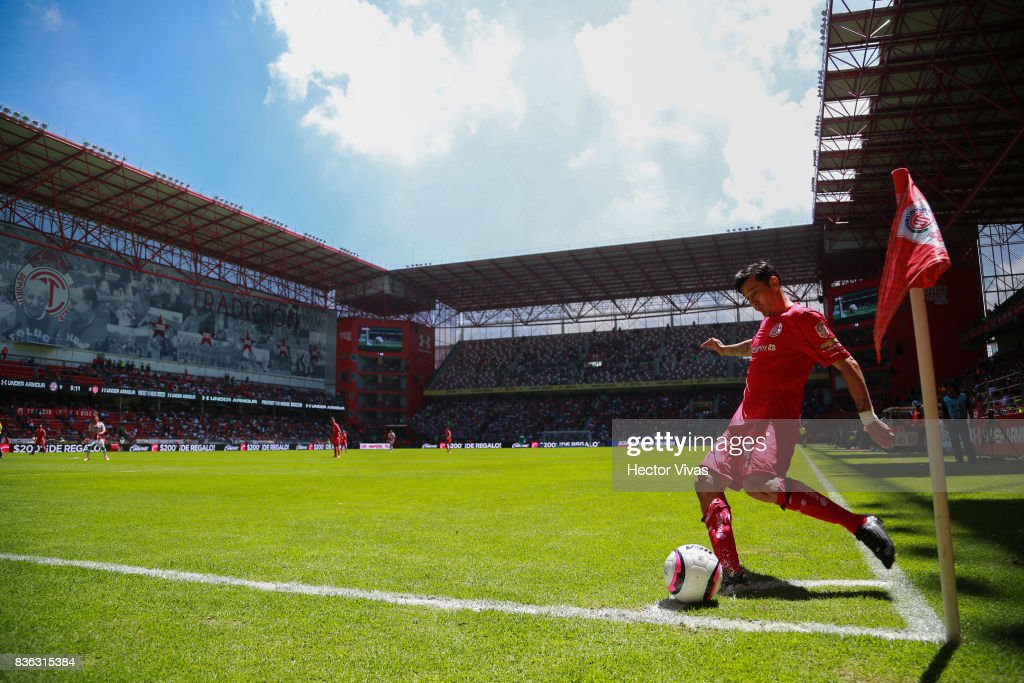 Rubens Sambueza of Toluca kicks the ball during the fifth round match between Toluca and Necaxa as part of the Torneo Apertura 2017 Liga MX at Nemesio Diez Stadium on August 20, 2017 in Toluca, Mexico.
