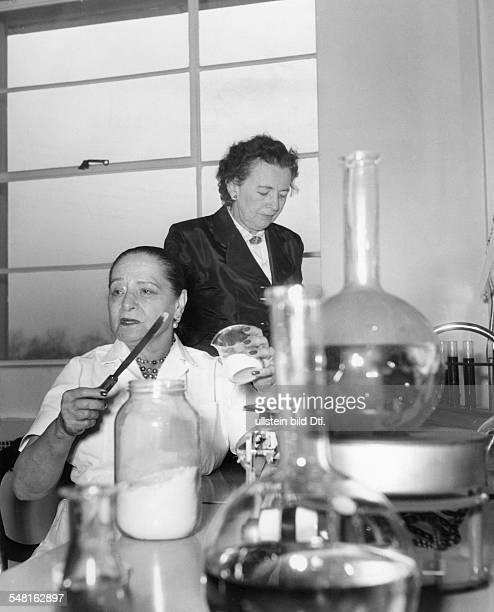 Rubinstein Helena *25121870 Unternehmerin USA Rubinstein in ihrem Labor bei der Entwicklung eines neuen Haarfaerbemittels veroeff 1954