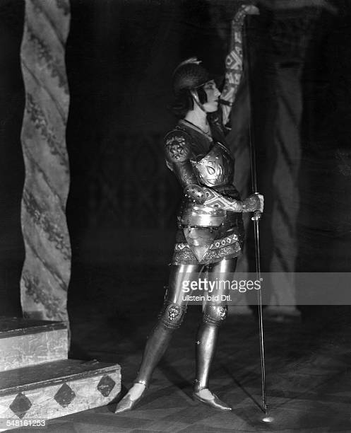 Rubinstein Ida *05101885 Dancer actress choreographer Russia / France performing in 'Le Martyre de Saint Sebastien' undated Photographer James E Abbe...