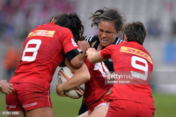 Ruby Tui of New Zealand scores a try during match between New Zealand and Canada at the HSBC Paris Sevens stage of the Rugby Sevens World Series at...